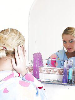 Голая блондинка эротично принимает душ