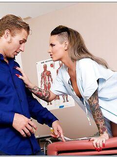 Стажер гинеколог поимел татуированную девушку пациентку