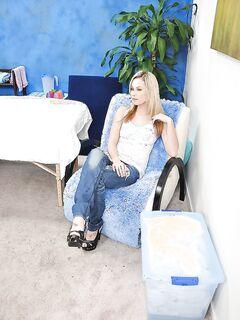 Нежная блондинка разделась догола в массажном кабинете