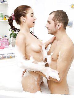 Красивый секс в ванной между молоденькой кокеткой и парнем