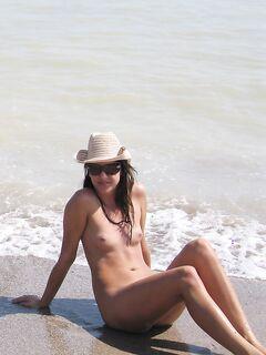Неотразимая брюнетка отдыхает на нудистском пляже
