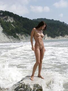 Голая красотка наслаждается морским бризом