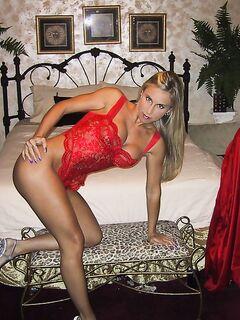 Блонда ласкает вульву после душа