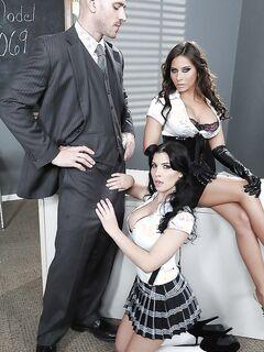 Две сисястые би учительницы замутили секс с коллегой