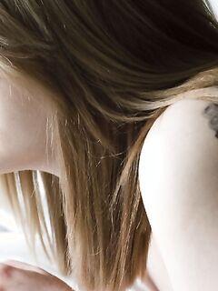 Сексуальная баловница блещет шикарным бюстом