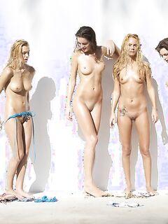 Молодые модели голышом у стены
