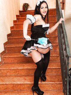Модель эротично позирует в униформе служанки