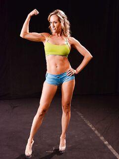 Женщина показывает свои мускулы и заодно голое тело