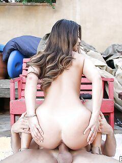 Eva Lovia отдается соседу во дворе и на старом диване в доме