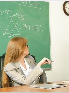 Darla Crane в очках отдалась студенту в кабинете