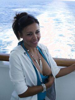 Обнаженная латинка расслабляется на яхте