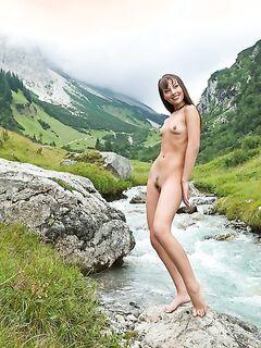 Худощавая красавица блистает писькой возле горной реки