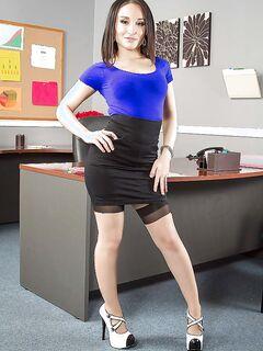 Gabriella Paltrova танцует стритпиз на рабочем столе
