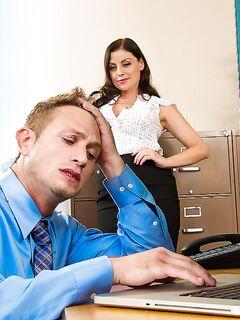 Коллеги по работе занимаются сексом после трудовых будней