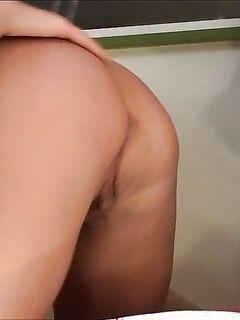 Парень и две телки замутили домашний секс втроем