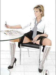 Офисная работница снимает на телефон свою розовую киску
