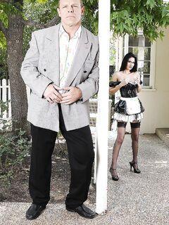 Служанка была не против пошалить с хозяином дома во дворе