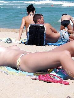 Рыжая медсестра топлес на нудистском пляже