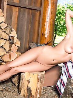 Страстная модель разделась возле лесного домика