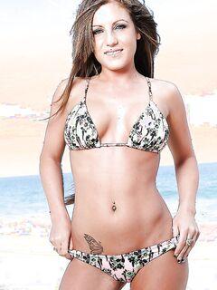 Красивая модель разделась догола на пляже