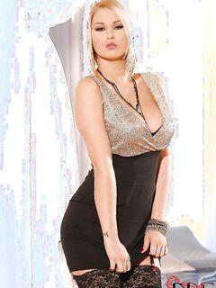 Сногсшибательная блондинка снимае со своего тела всю одежду