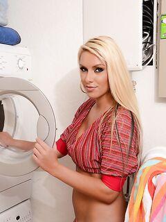 Блондинка Cherry дала незнакомцу пощупать ее большие сиськи в прачечной