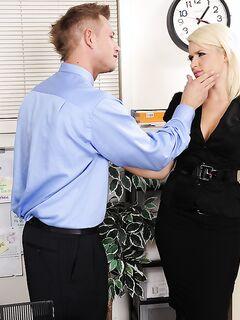 Anikka Albrite ублажила сотрудника в своем кабинете