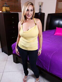 Толстуха Sophia показала свои большие буфера и влажную дыру
