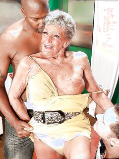 Очень старая бабка обслужила ртом и вагиной двух мужиков
