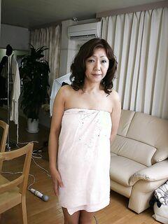 Взрослая китаянка хвастается волосатой киской