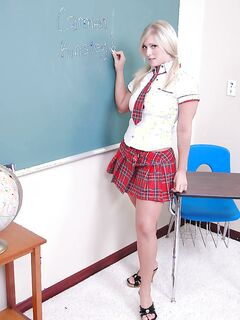 Carmen снимает с себя школьную форму в кабинете географии
