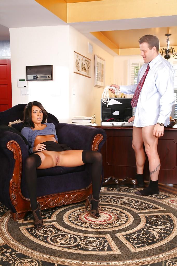 Начальник вылизал клитор красотки и наградил вагину глубокими фрикциями