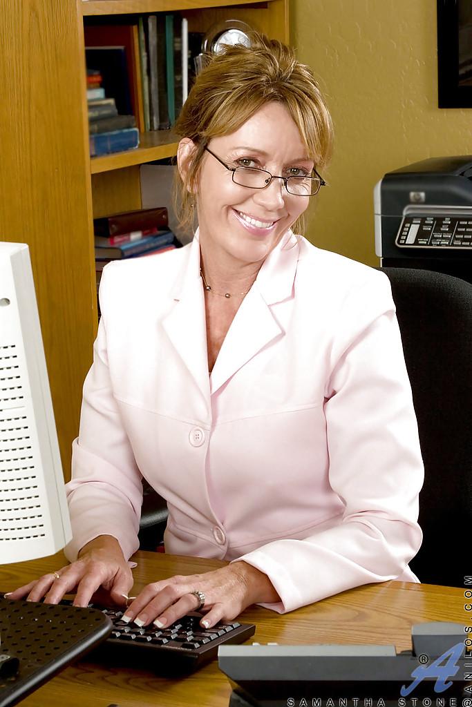 Взрослая баба дрочит влагалище вибратором у себя на работе
