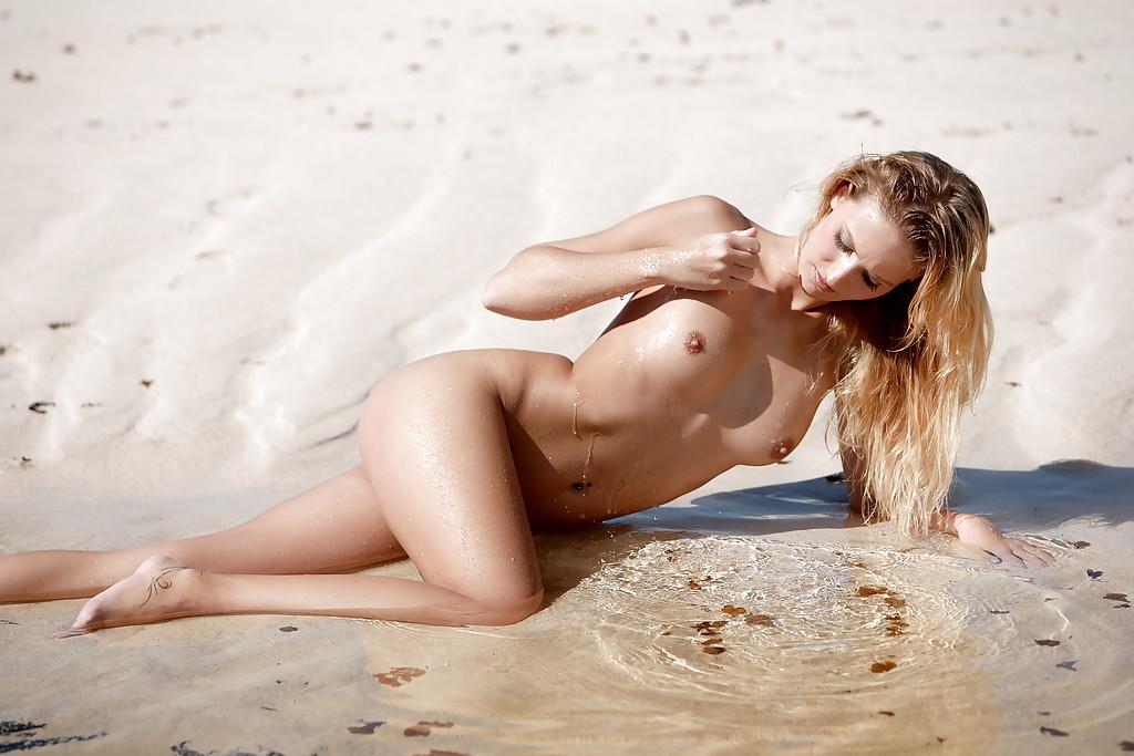 Красотка отдыхает на море и позирует голая