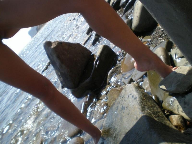 Развратная шалашовка отдыхает обнаженной на пляже