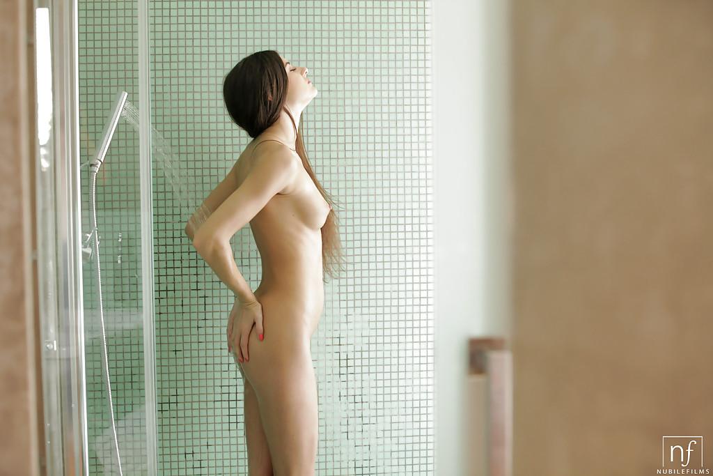 Голая телка с мелкими сисями купается в душе