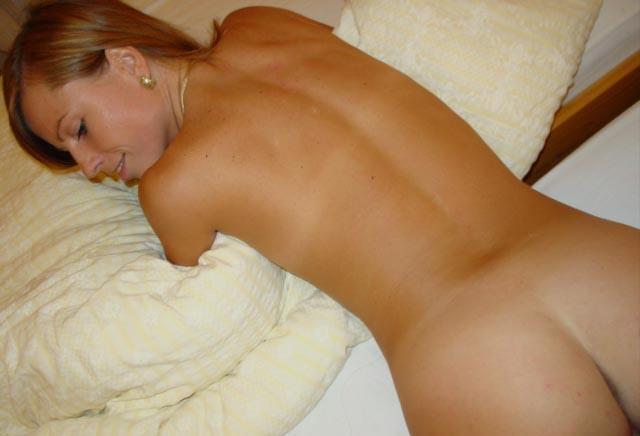Раздетая студентка показывает аппетитные дырочки на кровати