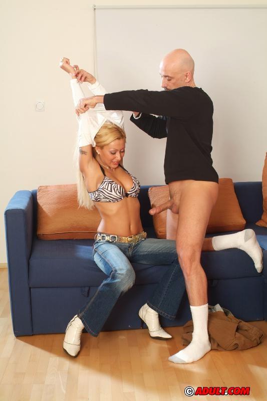 Опытный мужик пихает член в анус и пилотку блондинки