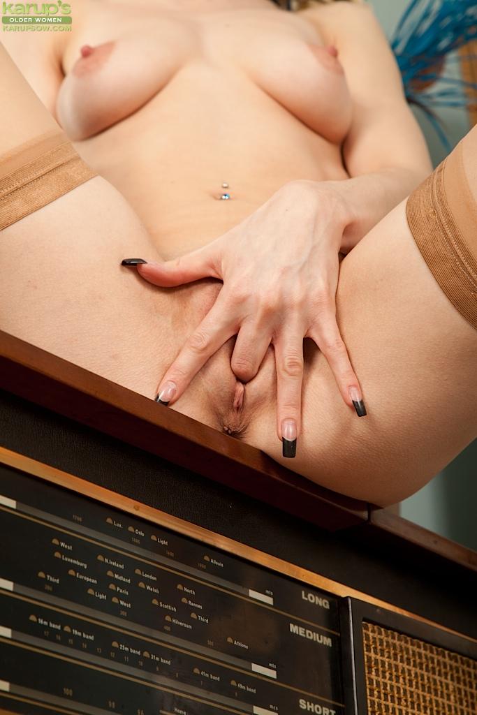 Худенькая модель показывает киску и ласкает клитор