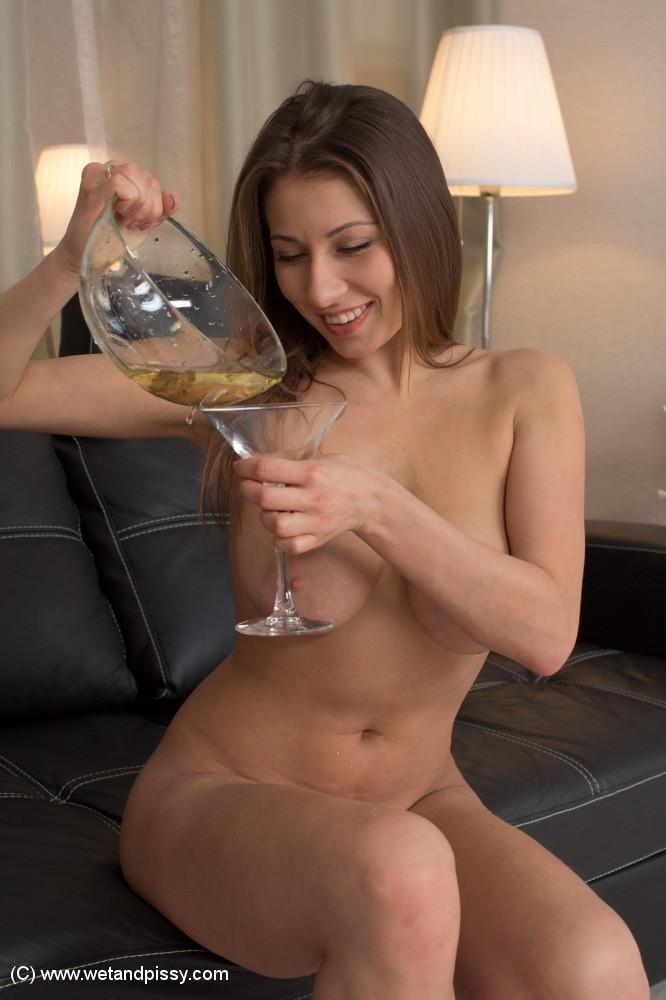 Красивая телка писает в стакан и пьет мочу