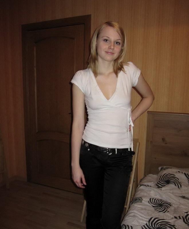 Блонда отодвинула трусы и отставила жопу