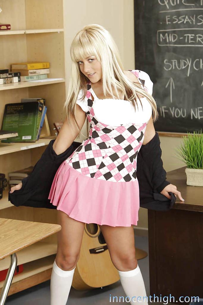 Прелестная кокетка сняла юбку и показала бритую киску