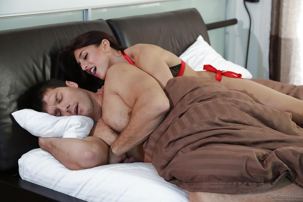 Жена и любовница вместе отсосали у мужика