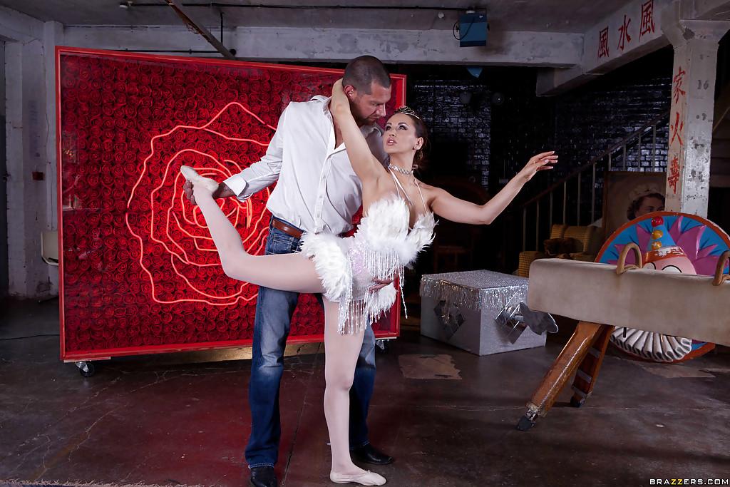Балерина взяла в рот и приняла между ног большой член