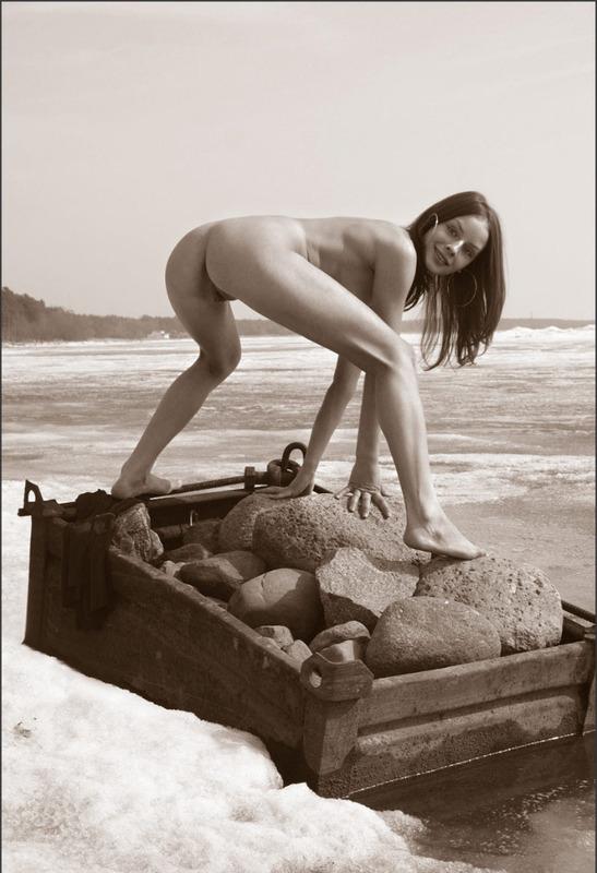 Тощая милашка голышом на берегу моря