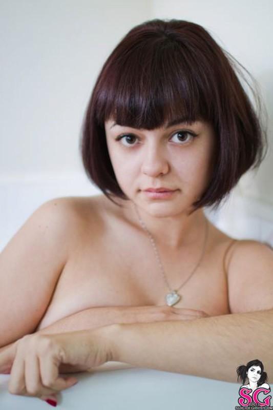Привлекательная шалунья ласкает маленький бюст