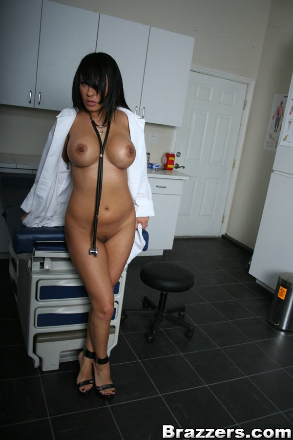 Итальянская медсестра сняла белый халат и показала вагину