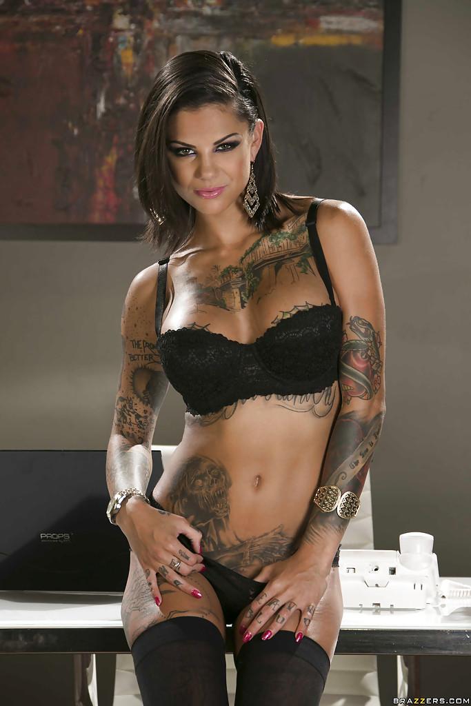 Стройная красотка хвастается сексуальным телом и татуировками