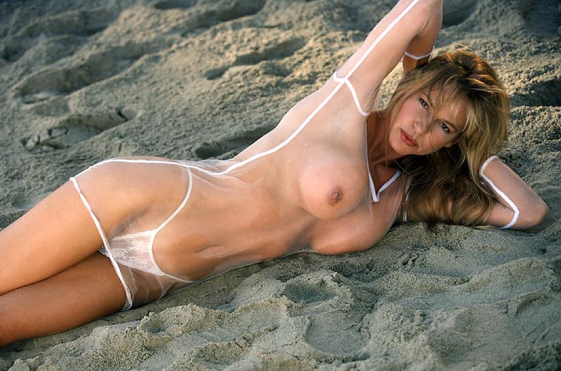 Известная модель эротично позирует в трусиках и хвастается сиськами