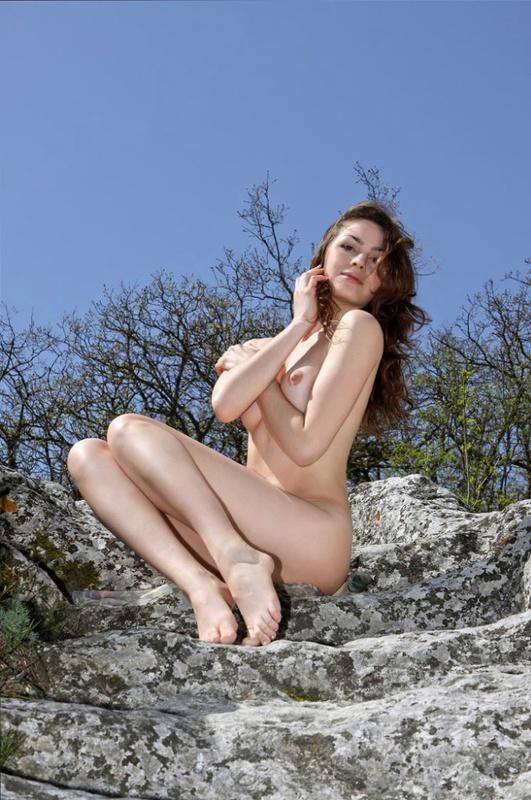 Изумительная фея голышом на горной скале